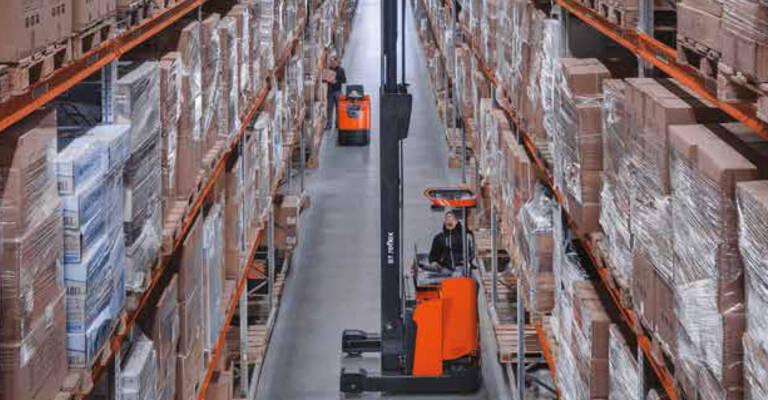 Rayonnages à palettes Toyota Material Handling installés dans un entrepôt