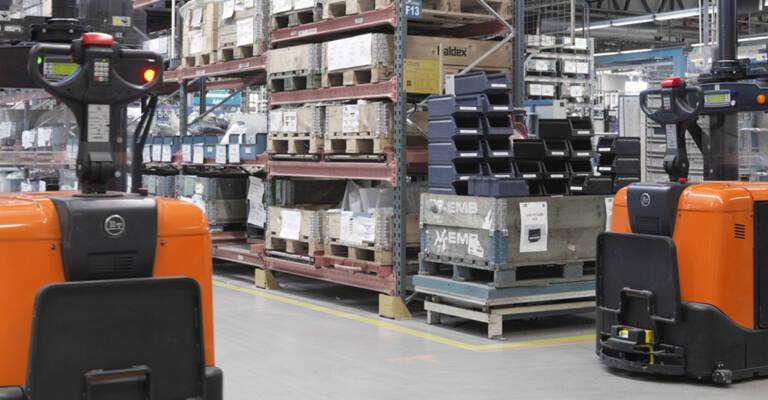 Chariots élévateurs Toyota dans un entrepôt où sont stockées des palettes