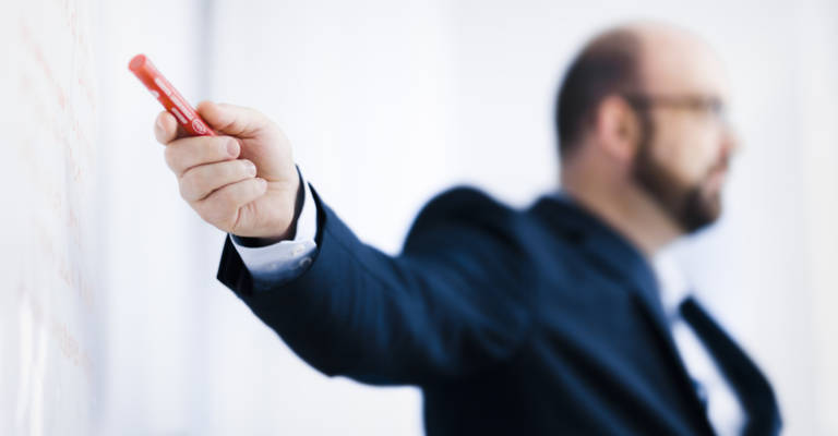 Expert en Lean Management qui forme des employés d'une entrepôt logistique