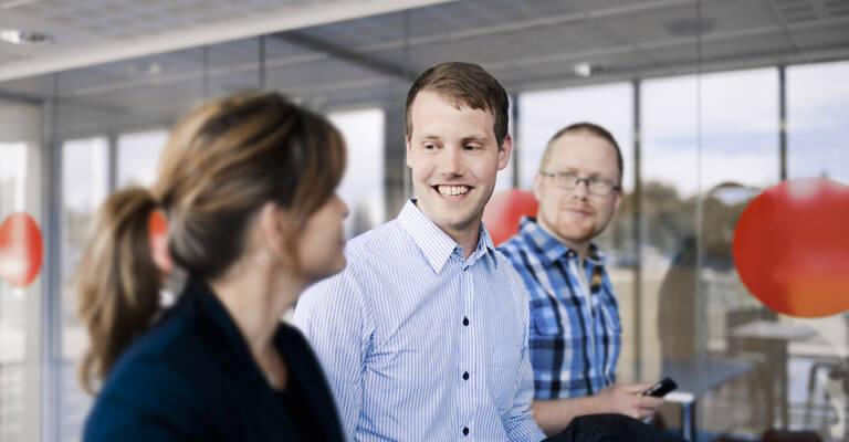 Ofis dəhlizində gülümsəyən insanlar