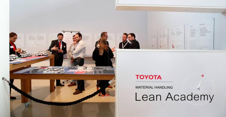 Membres de la Toyota Lean Academy qui échangent avec des professionnels de la logistique sur les bonnes pratiques en matière de Lean Management