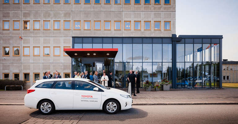 Egy autó a Toyota iroda előtt parkol