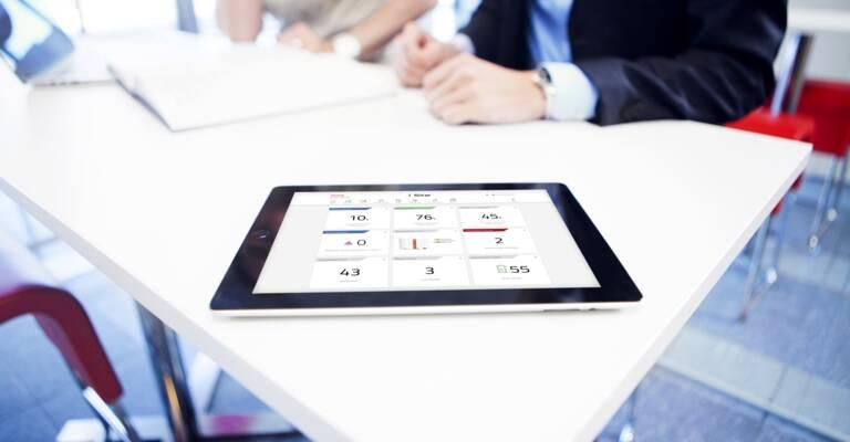 Manažer se dívá I_Site na iPadu