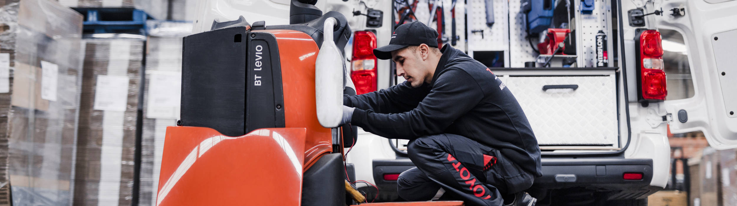 Technicien SAV Toyota Material Handling qui assure la réparation d'un chariot élévateur