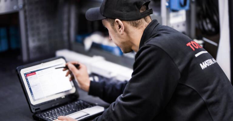 Servisní technik praucuje s laptopem a servisním nástrojem T-Stream