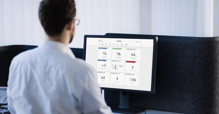 Leder ser på I_Site på iPad