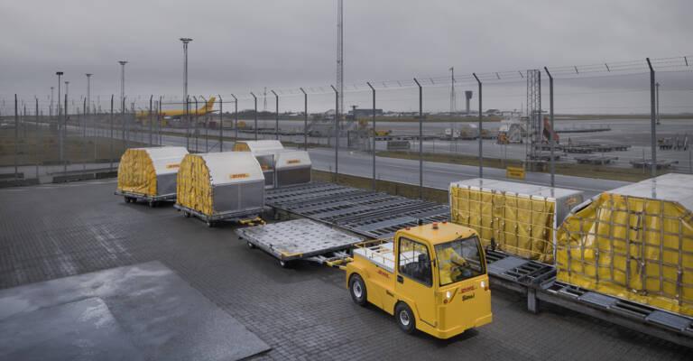 aeropuerto con tractores de arrastre simai