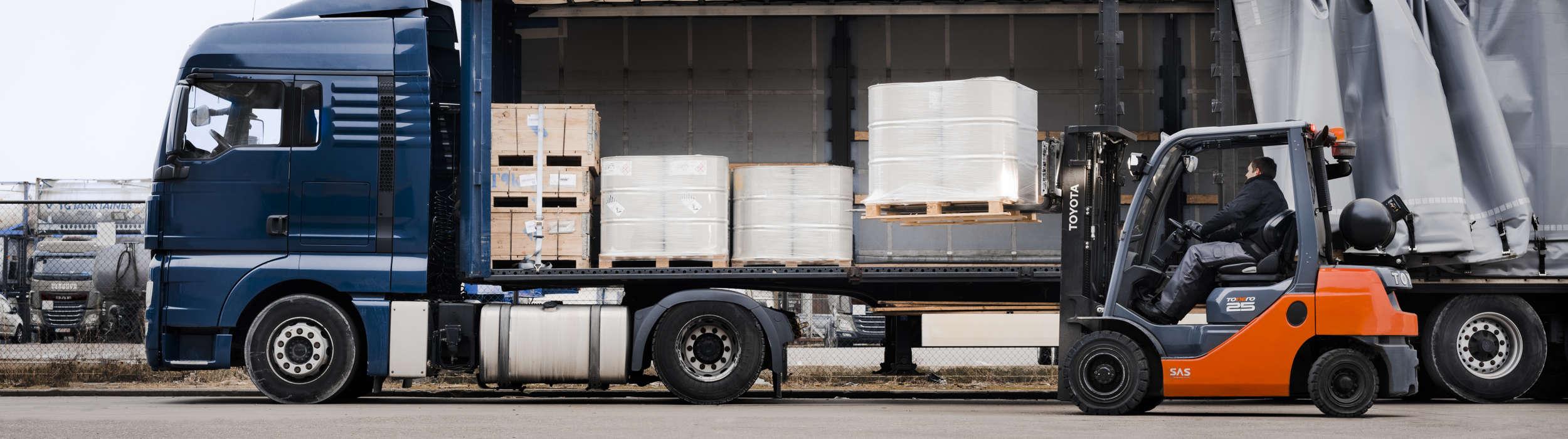 Carretilla contrapesada Tonero ayudando a descargar un camión