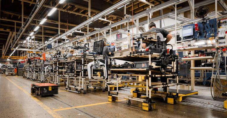 Usine de fabrication avec navette autoguidée de Toyota qui suit la méthode du lean management