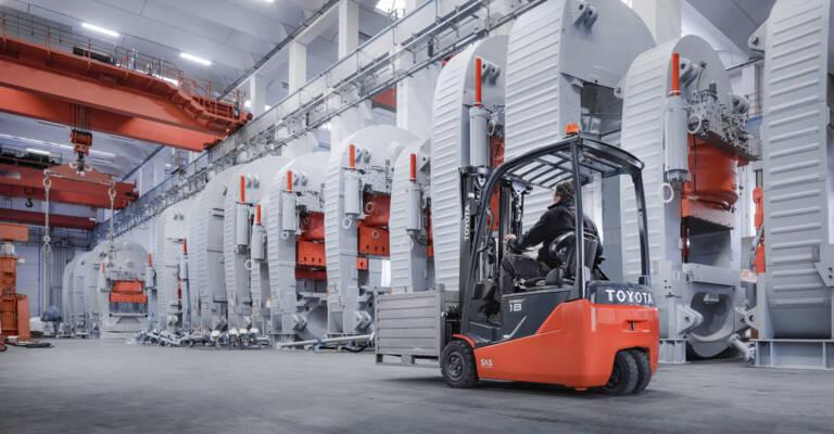 Elektrisk motvektstruck kjører last