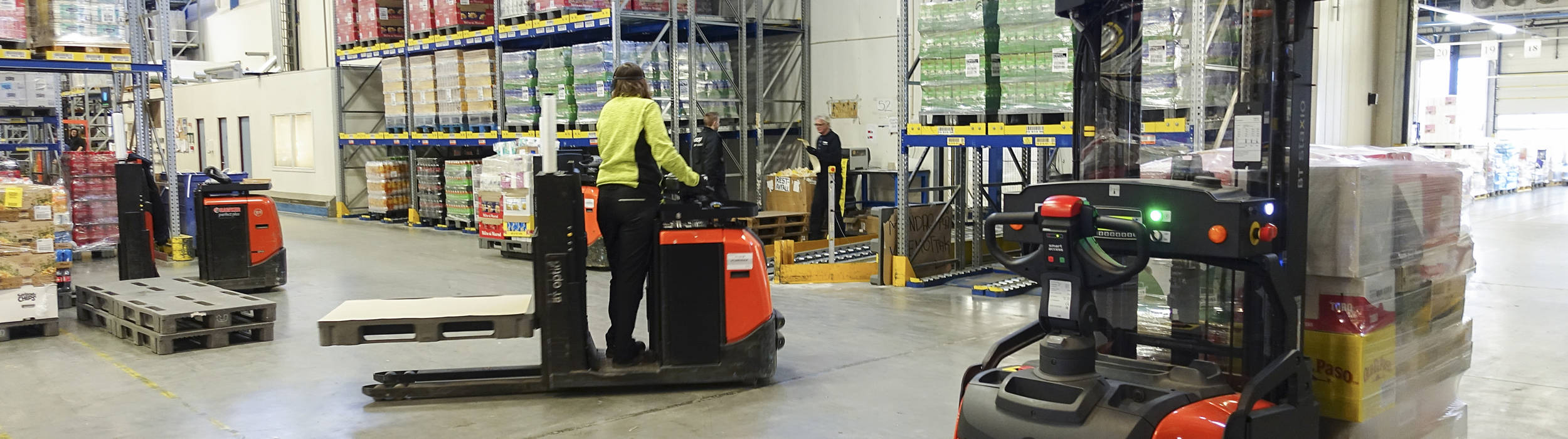 Zautomatyzowane stackery bezpiecznie współpracują z wózkiem widłowym