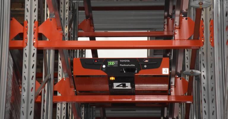 radioshuttle en una estantería