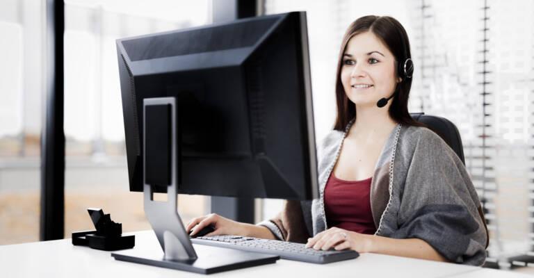 Femme avec portable travaillant sur un bureau