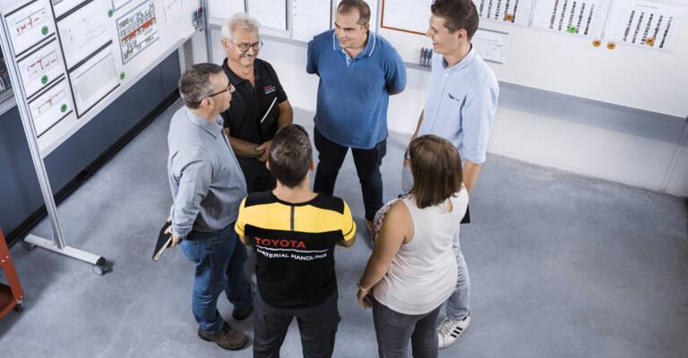 Personnel logistique qui se réunit afin d'optimiser les processus de l'entreprise avec la méthode lean