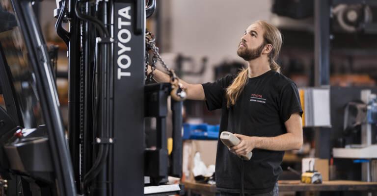 Serviceteknikker servicerer Toyota truck