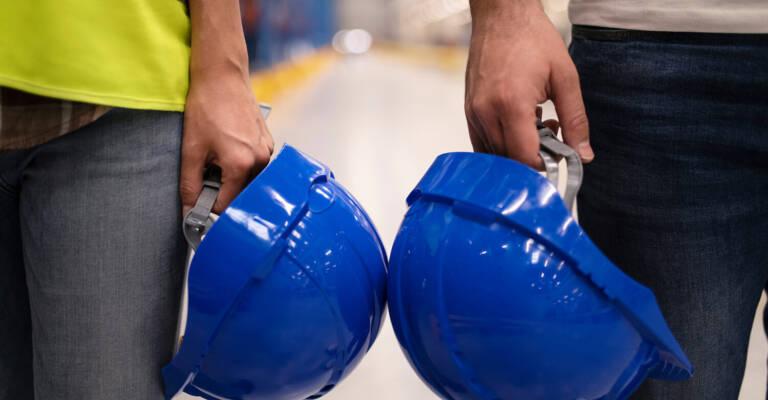 operarios con cascos de seguridad