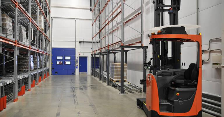 carretilla automatizada circulando por el pasillo del almacén de manera autónoma