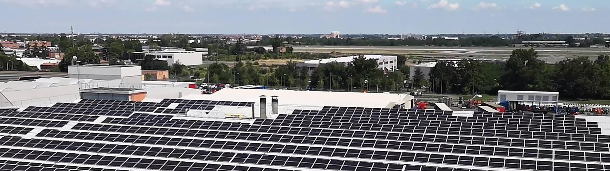 Panneaux solaires installés chez Toyota Material Handling Manufacturing en Italie (usine de Bologne) permettant d'économiser 370 tonnes de CO2 par an.