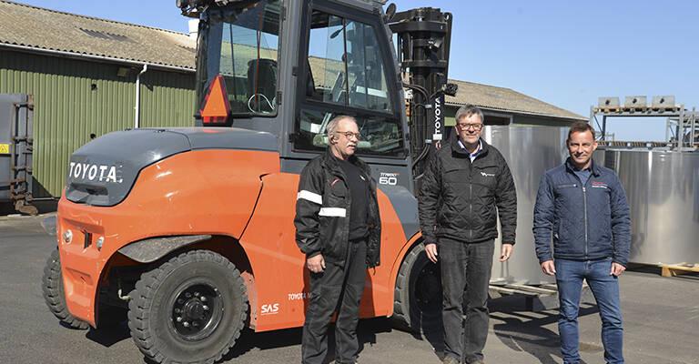 Her er det truckfører hos VM Tarm, Svend Jaedeke, lagerchef hos VM Tarm, Jens Christian Pedersen og distrektchef hos Toyota Material Handling, Mikael Hansen.