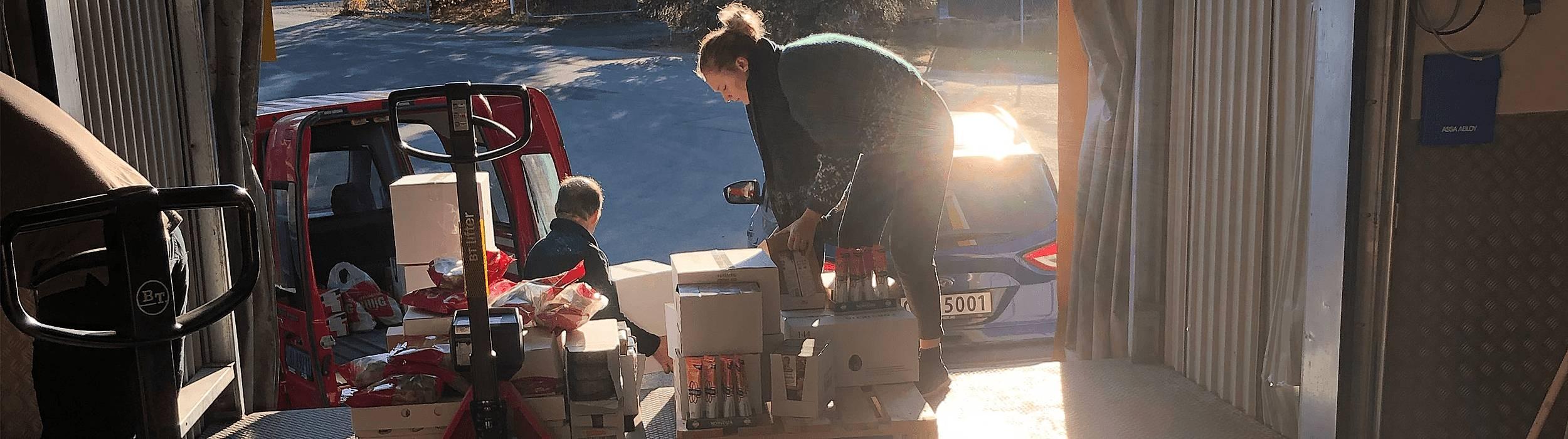 Matsentralen i Trondheim har 300kvm lager med varemottak hvor opptil 20 organisasjoner henter ut mat hver dag. Maten lagres på paller, så deres viktigste arbeidsverktøy er derfor jekketraller og trucker.