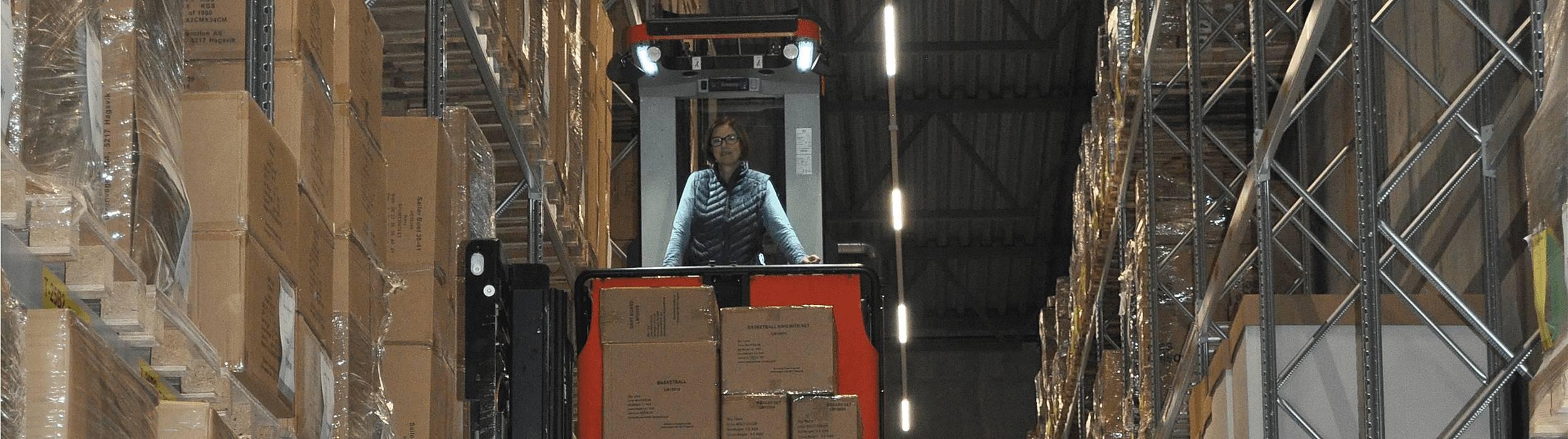 """- Våre brukte maskiner i Toyota Material Handling kan være et lurt og godt alternativ for mange kunder. Alle våre brukte trucker har en standard etter vår """"Approved Used policy"""" som leveres i tre klasser; standard, premium og premium+. Til Invent Sport Drift leverte vi en standard brukt OME100H som er en høytløftende ordreplukker, sier Christer Johnsen, Distriktsjef i Bergen"""