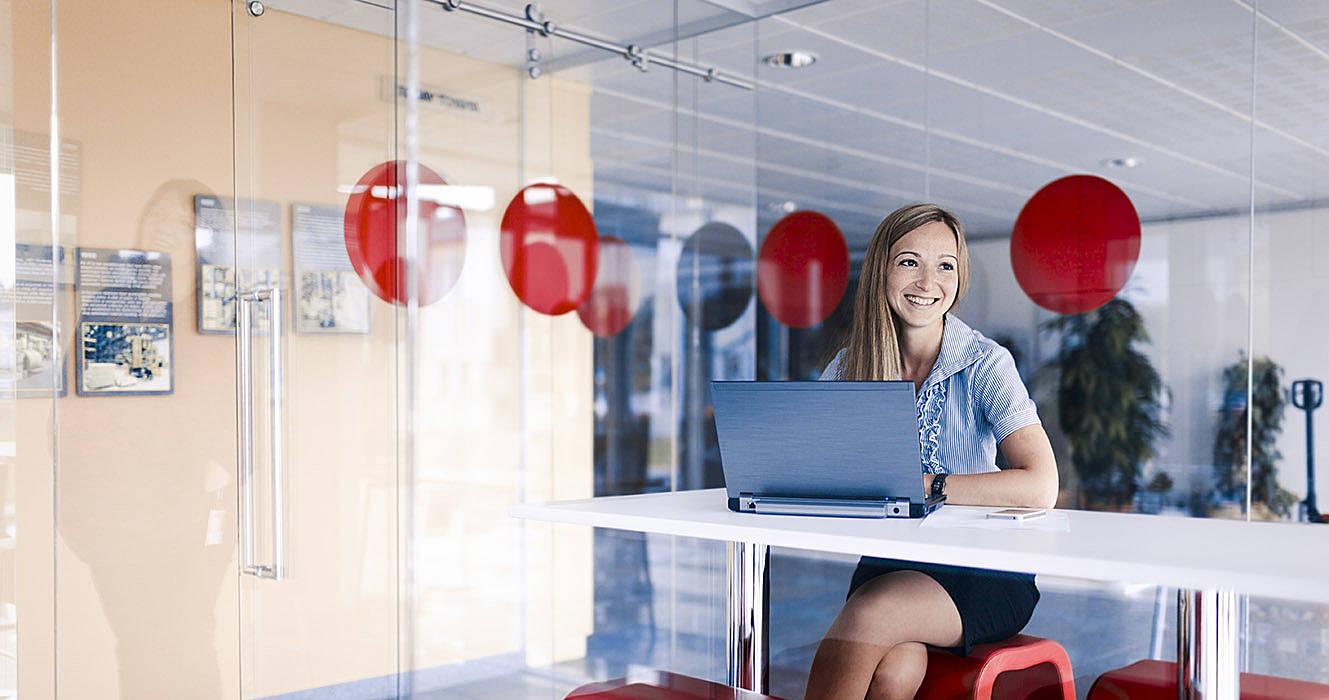 Mujer sentada en una sala de reuniones