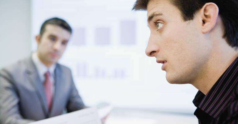 Deux hommes dans un bureau commercial