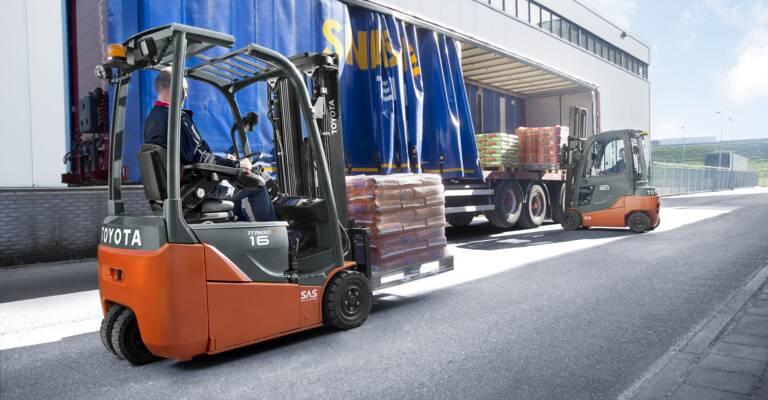 Elektro-Gabelstapler beim Verladen von Gütern
