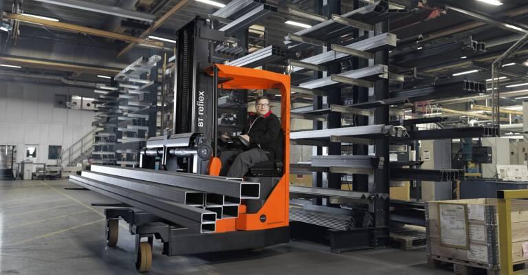 Carretilla retrátcil Toyota multidireccional operando con metales pesados