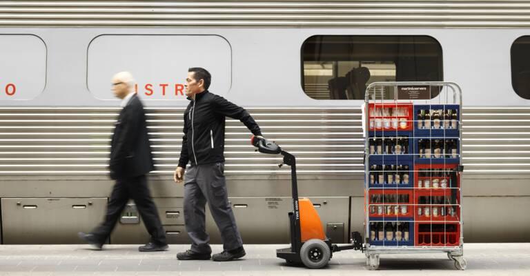 Carretilla tractora con conductor acompañante en una estación de tren