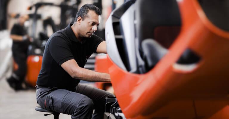 Technicien SAV Toyota qui répare un chariot élévateur