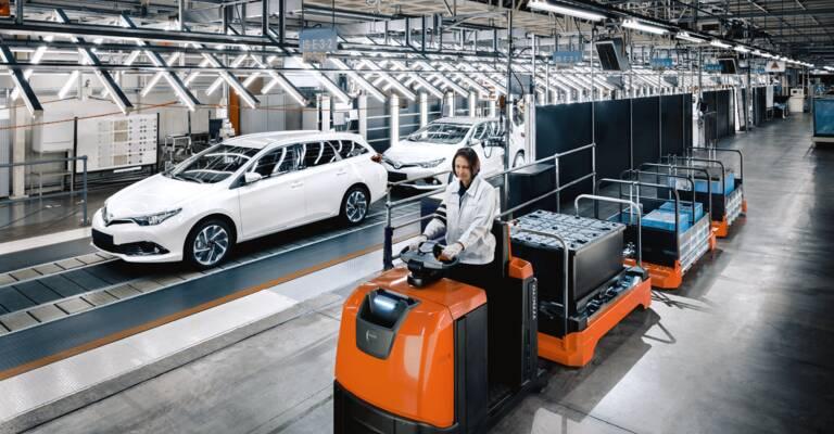 Toyota Tracto serie N/S con conductor en una fábrica de automación