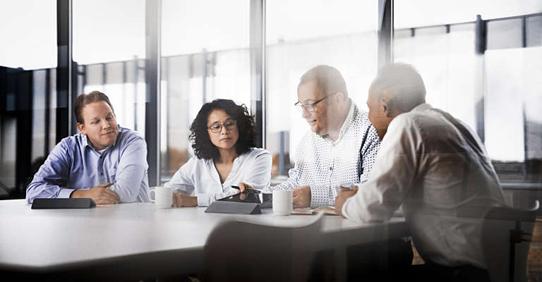 Ludzie dyskutują na spotkaniu
