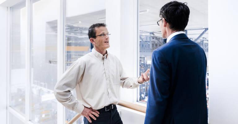 Πωλητές μιλούν σε διάδρομο